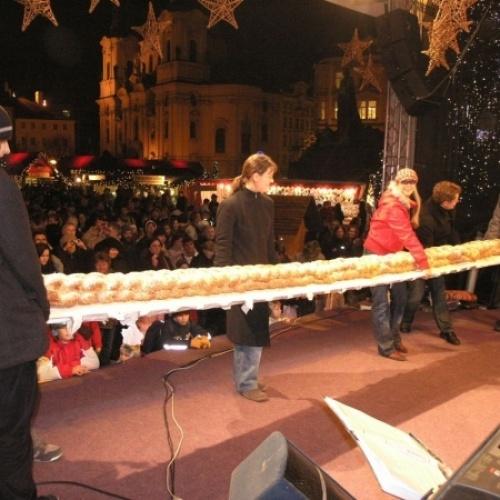 Přesně 5m dlouhou vánočku upekla naše firma pro Agenturu Dobrý den, která pak prezentovala tento rekordní výrobek na Staroměstském náměstí v Praze.