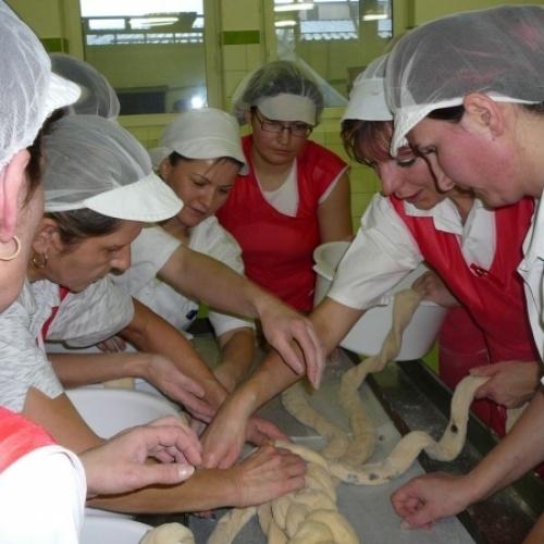 Osm párů šikovných pekařských rukou splétalo vánočku tradičním způsobem. Spotřebovalo se 40kg mouky, 3kg vajec, 8kg másla a 1kg cukru.
