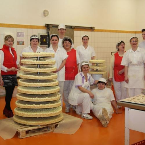 Tým cukrářů dokázal na přání upéct dort o neuvěřitelných rozměrech : výška 273 cm a  váha 198 kg.