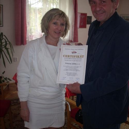 Certifikát o vytvoření českého rekordu předává Ing.Bartákové  zástupce Šachového oddílu TJ Spartak Pelhřimov, místopředseda pan Ladislav Med.